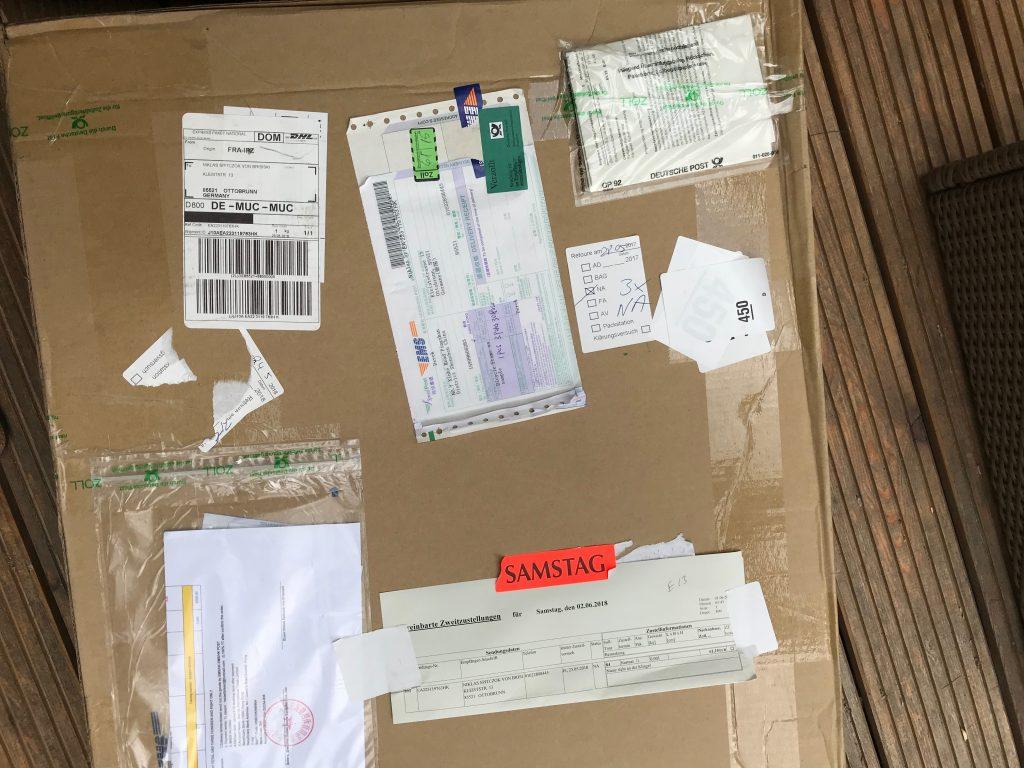 So sieht ein Paket aus, wenn es vom Zoll kommt.