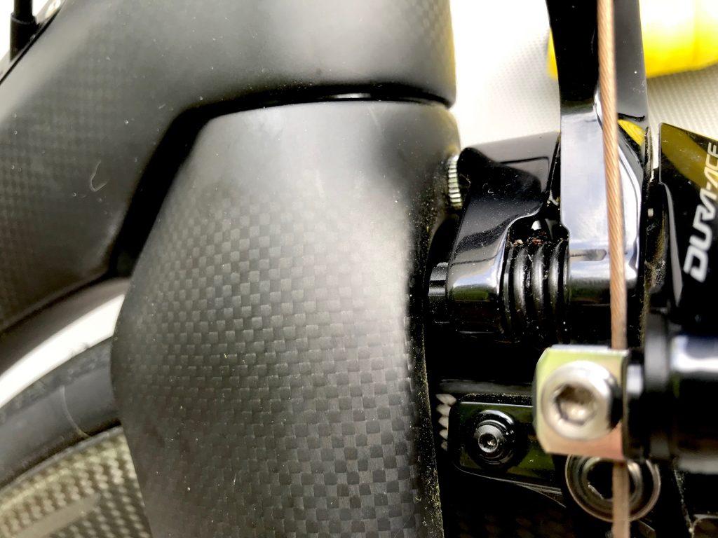 Wunderschöne Linienführung an der Gabel, auch wenn man jeden Fingerabdruck sieht. Die Innensechskantmutter für den Bolzen der Bremse war zu kurz, da musste ich die passende Länge besorgen. Hier kann man sehen warum: Oben wird die Gabel einfach sehr wuchtig.