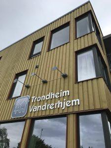 Zweckmäßiger Bau in guter Lage: Das Trondheim Vandrerhjem liegt gute 10 Minuten Fußweg von der Innenstadt entfernt auf einem Hügel.