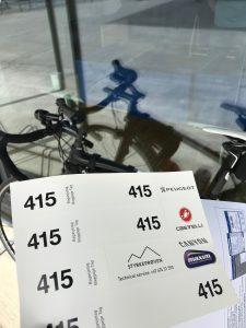 Unspektakulär wie alles andere rund ums Rennen auch: Der Startumschlag enthält einen Klebebogen mit der Startnummer für Helm und Gepäck sowie eine Nummer für das Sattelrohr.